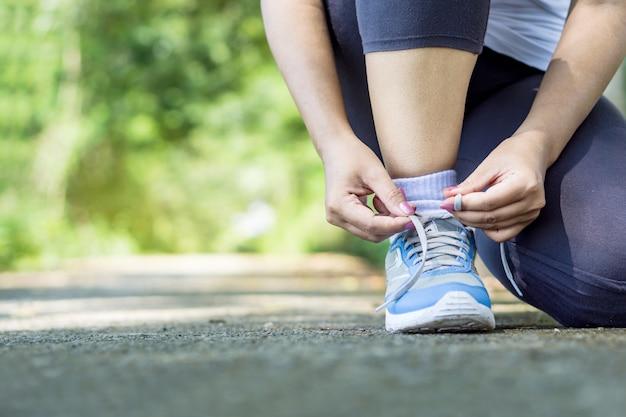 Vrouw runner typen schoenveter
