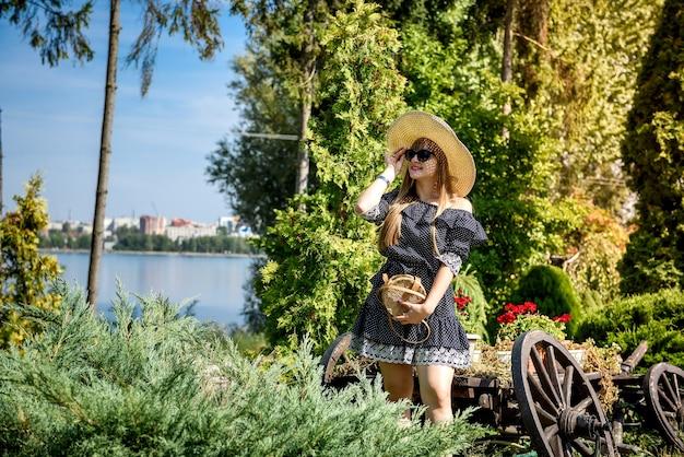 Vrouw rust en geniet van de tijd in de zomer, de natuur