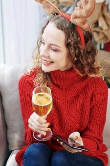 Vrouw rusten met wijn en smartphone