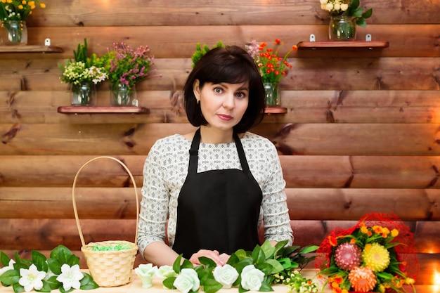 Vrouw salon werknemer boeketten gemaakt van kleur van zeep, hout achtergrond