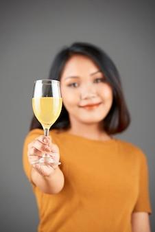 Vrouw sap drinken