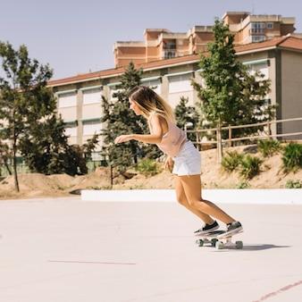 Vrouw schaatsen