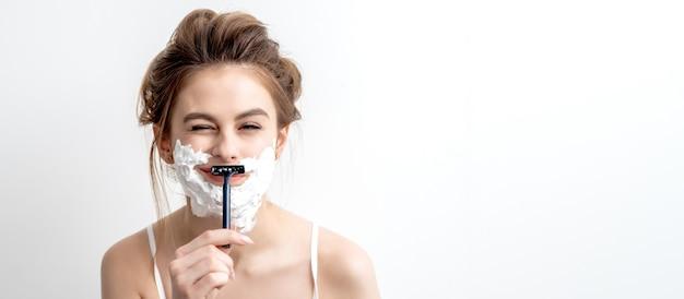Vrouw scheert haar gezicht met een scheermes