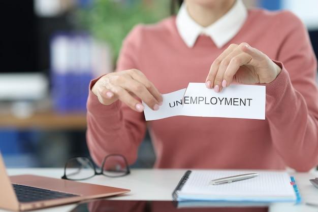 Vrouw scheurt inscriptie werkloosheid in kantoor. zoek naar nieuw vacaturesconcept