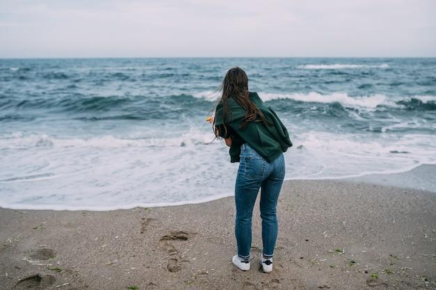 Vrouw schiet op een smartphone de golven van de zee