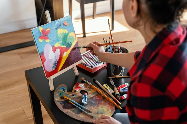 Vrouw schilderen met penseel close-up