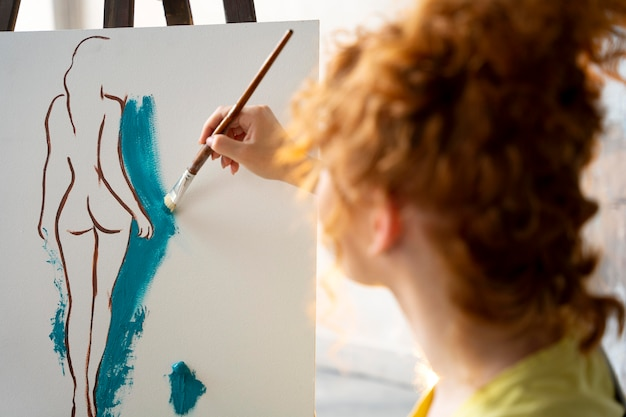 Vrouw schilderen op canvas close-up
