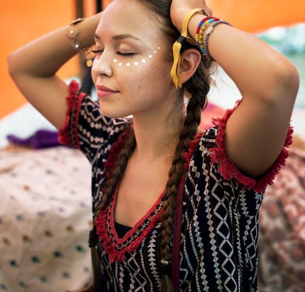 Vrouw schilderij gezicht voor feest opknoping