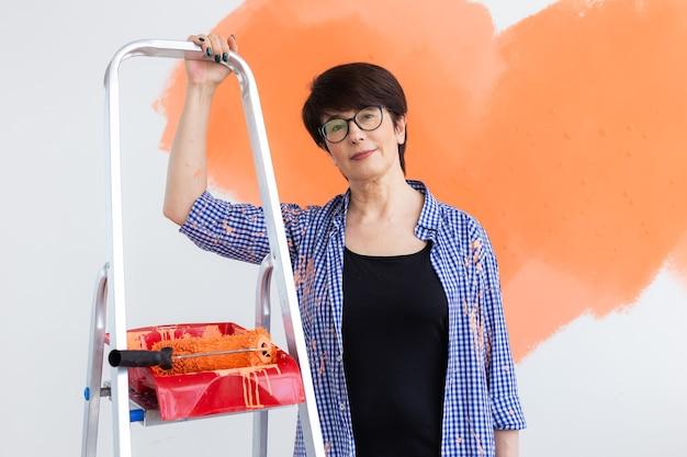 Vrouw schildert de muur