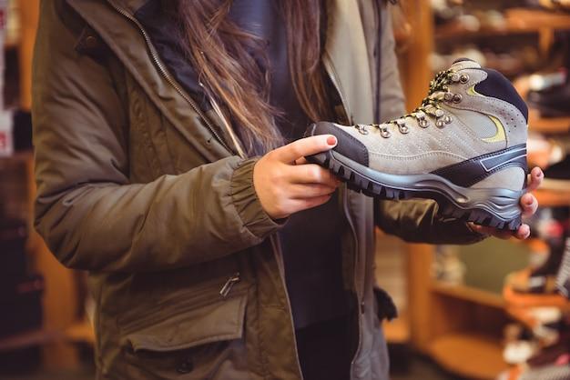 Vrouw schoen selecteren in een winkel