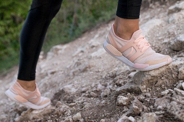 Vrouw schoenen bekijken tijdens het klimmen Premium Foto