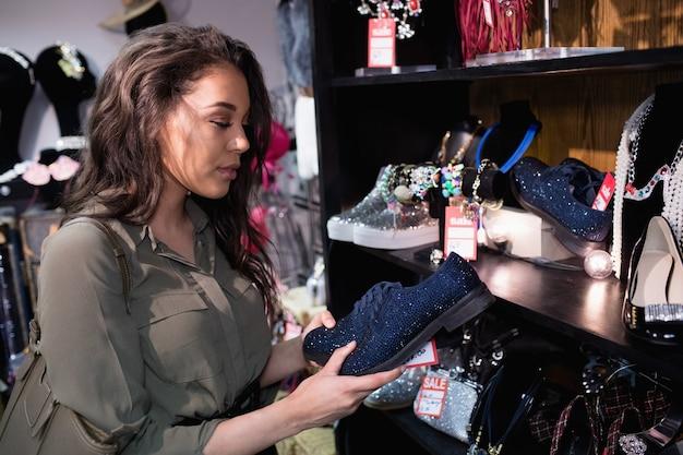 Vrouw schoenen in schoeisel sectie selecteren
