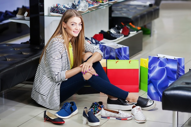 Vrouw schoenen kiezen