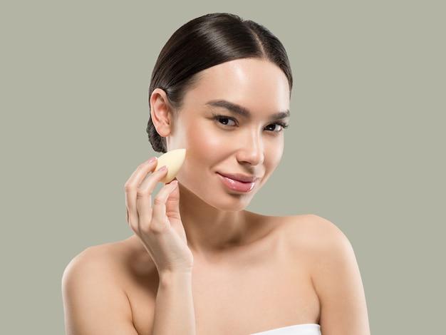Vrouw schone huid met spons schoonheid gezonde huid schoonheid. kleur achtergrond. groente