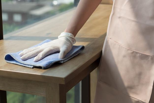 Vrouw schonere schoonmaaktafel