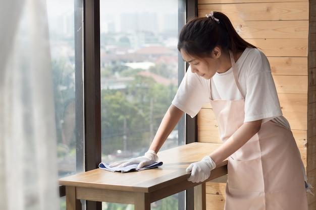 Vrouw schonere woonkamer schoonmaken,