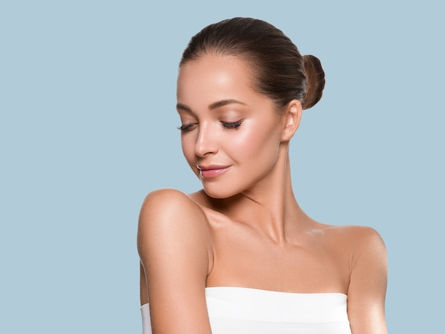 Vrouw schoonheid gezicht gezonde huid natuurlijke make-up mooi jong model. kleur achtergrond. blauw