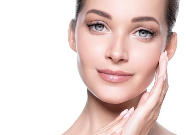 Vrouw schoonheid gezicht gezonde huid natuurlijke make-up mooi jong model. studio opname.