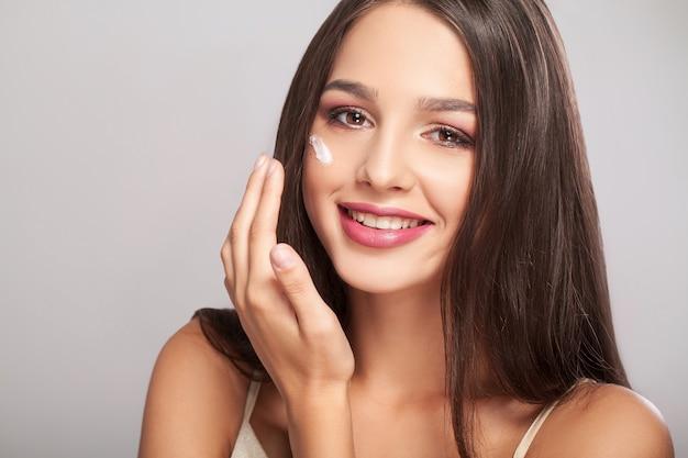 Vrouw schoonheid gezicht huidverzorging, portret van gezonde jonge vrouwelijke model