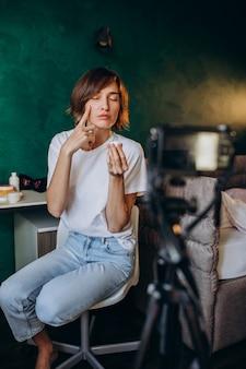 Vrouw schoonheid vlogger filmen vlog over crèmes
