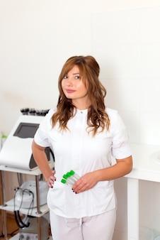 Vrouw schoonheidsspecialist reageerbuizen ampullen houden in schoonheidskliniek