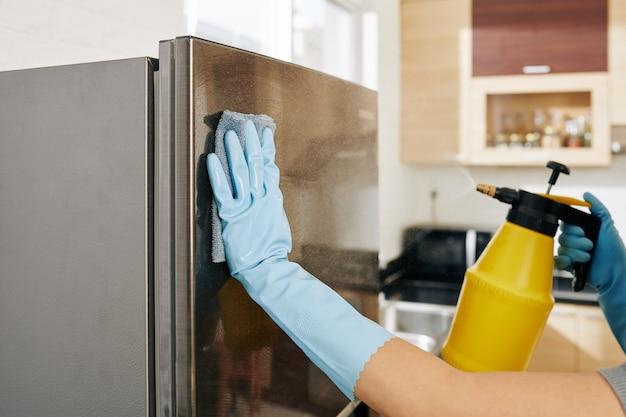 Vrouw schoonmaak koelkast