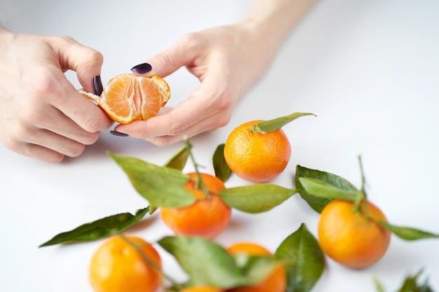 Vrouw schoonmaak mandarijn