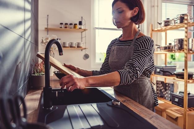 Vrouw schoonmaak snijplank