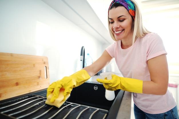 Vrouw schoonmaak wastafel.