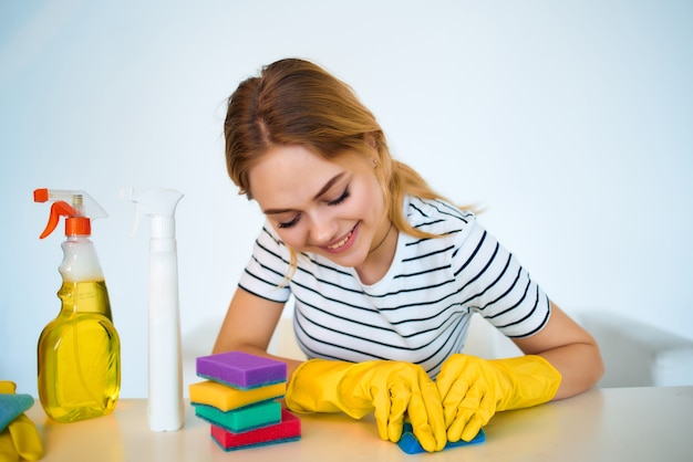 Vrouw schoonmaakproducten levering van diensten. hoge kwaliteit foto