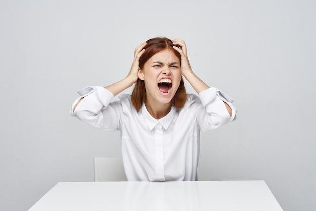 Vrouw schreeuwen aan de tafel
