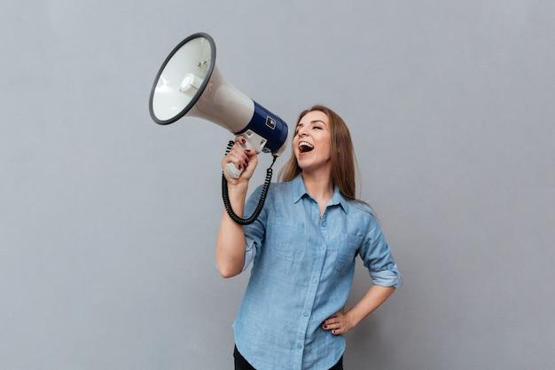 Vrouw schreeuwen in megafoon