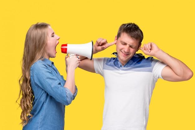Vrouw schreeuwen in megafoons naar elkaar