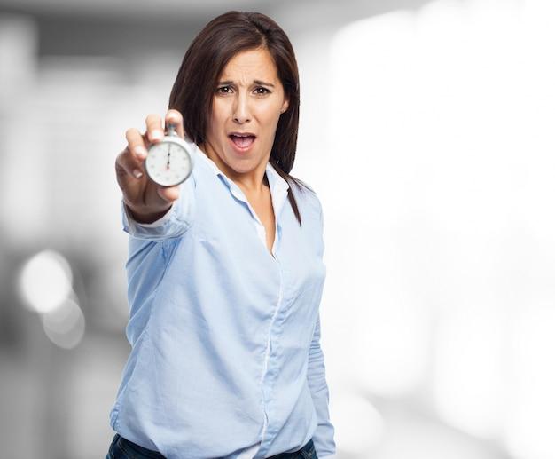 Vrouw schreeuwen met een klok in haar hand