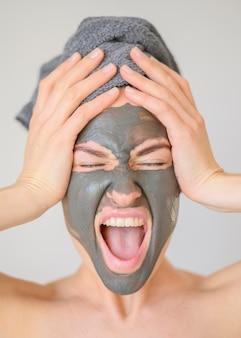 Vrouw schreeuwen terwijl het dragen van gezichtsmasker