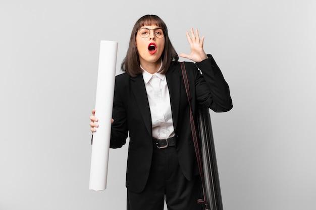 Vrouw schreeuwt met handen in de lucht, voelt zich woedend, gefrustreerd, gestrest en overstuur