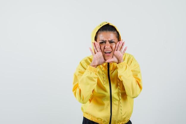 Vrouw schreeuwt of vertelt geheim in sportpak en kijkt verontrust. vooraanzicht.