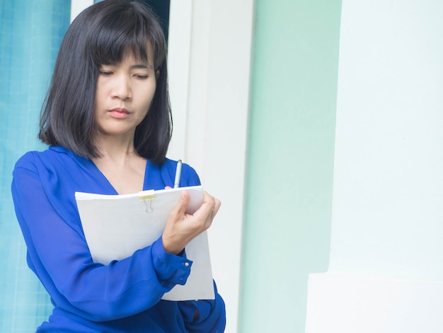 Vrouw schrijven met werkkleding kantoor.