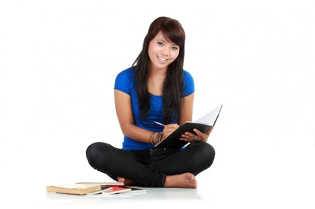 Vrouw schrijven op notitie pad