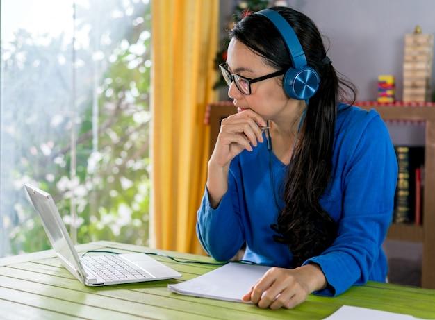Vrouw schrijven voor online studeren of tutor thuis. onderwijs online concept