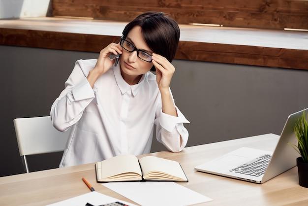 Vrouw secretaresse aan haar bureau professionele kantoor laptop