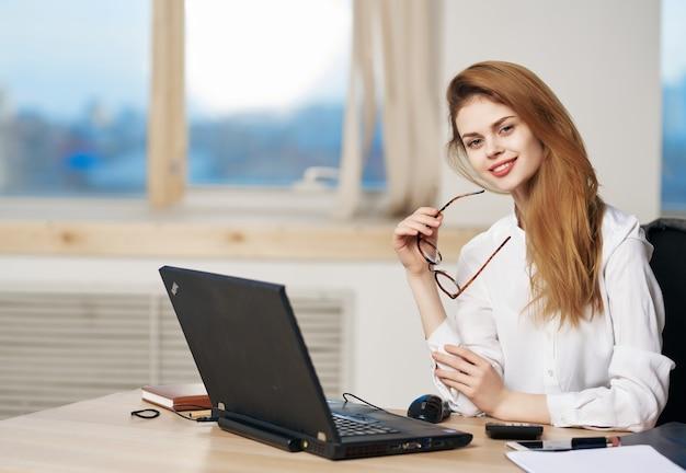 Vrouw secretaresse bureau laptop technologie professionals