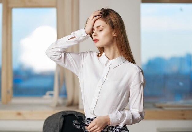 Vrouw secretaresse in kantoorwerk poseren professional. hoge kwaliteit foto