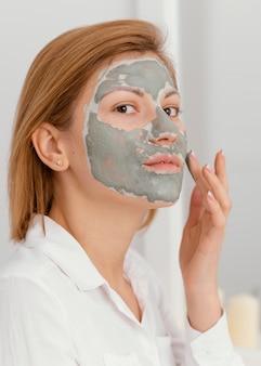 Vrouw serpeling masker toe te passen