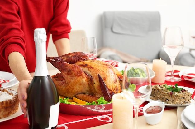Vrouw serveertafel voor thanksgiving diner, close-up weergave