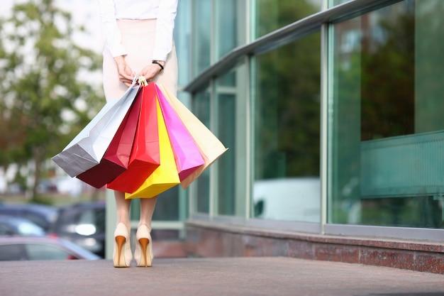 Vrouw shopaholic hoge hakken schoenen houden
