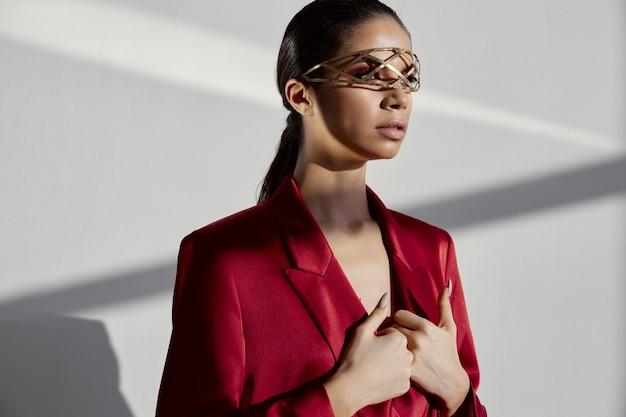 Vrouw sieraden bril decoratie rode blazer model stijlvolle kleding
