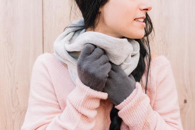 Vrouw sjaal aan nek aanpassen