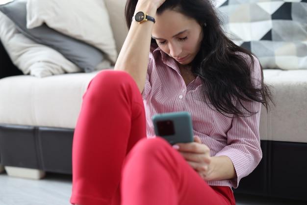 Vrouw slaapt met haar smartphone in de hand