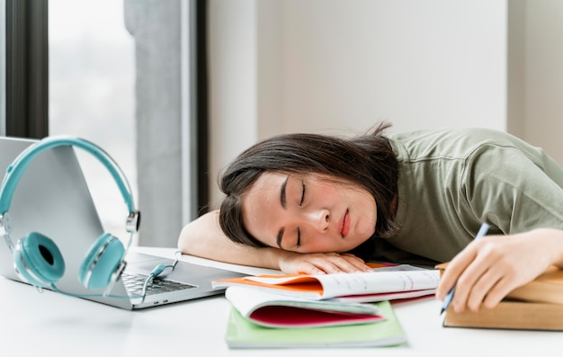 Vrouw slaapt na videogesprek
